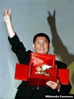 """Takeshi Kitano """"Qızıl şir"""" mükafatını alır, 1997."""