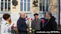Каля мэмарыяльнай дошкі ў гонар Васіля Быкава