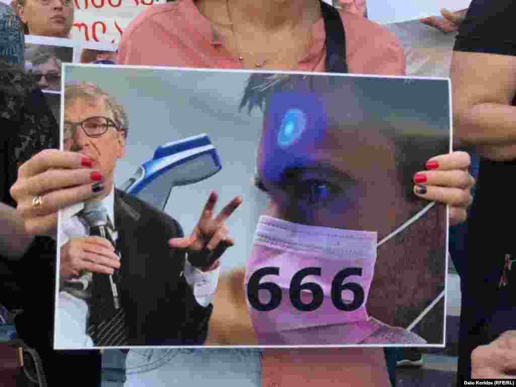Не обошлось без изображения Билла Гейтса - конспирологи считают, что он планирует«чипировать» население Земли.