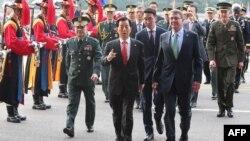 Аштон Картер і Хан Мін Гу в Сеулі