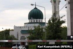 «Nur-Mubarak» Universitetinin həyətində məscid
