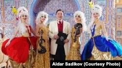 Айдар Садыйков (уртада)