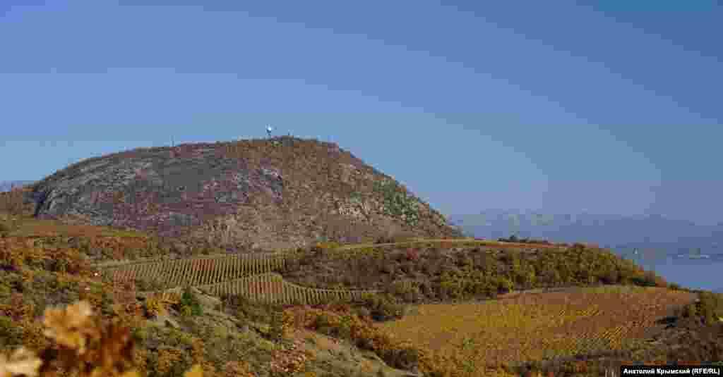 Освещенная утренним солнцем гора Кастель с новым рукотворным «грибком» на вершине