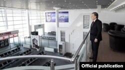 Президент Узбекистана Шавкат Мирзияев осматривает новый терминал международного аэропорта Термеза. Фото с сайта пресс-службы президента.