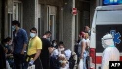 Pacijenti čekaju na pregled ispred Infektivne klinike u Beograd