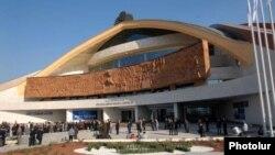 Ֆերդինանդ Առաքելյանի «Վերածնունդ» բարձրաքանդակը Կարեն Դեմիրճյանի անվան մարզահամերգային համալիրի ճակատային մասում, արխիվ