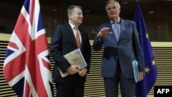 میشل بارنیه، نماینده اتحادیه اروپا (سمت راست) و دیوید فراست، نماینده بریتانیا در مذاکرات برگزیت