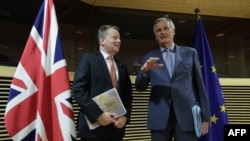 Negociatorul șef al UE pentru Brexit Michel Barnier (dreapta)și negociatorul-șef britanic pentru Brexit David Frost