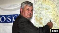Анджей Каспшик показывает на карте Нагорный Карабах