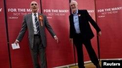 Britanski opozicioni lider laburista Jeremy Corbyn s lokalnim kandidatom laburista Chrisom Williamsonom tokom kampanje u Derbyju, 6. maj, 2017.