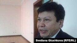 «Ситуативный казахский. Диалоги» кітабының авторы Қанат Тасыбеков. Астана, 23 қаңтар 2015 жыл.