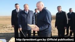 Аляксандар Лукашэнка ацэньвае цукровыя буракі падчас працоўнай паездкі ў Клецкі раён