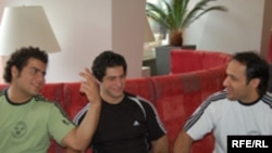 نواب نصیر(سمت چپ) و کیان نژاد بختیاری، دو وزنه بردار ایرانی همراه با حسین توکلی، مربی تیم ملی ایران
