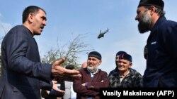 Юнус-Бек Евкуров (справа) пытается разъяснить свою позицию жителям Ингушетии