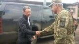 Курт Волкер під час однієї з поїздок на Донбас (архівне фото)