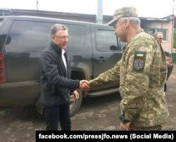 Спецпредставитель Госдепартамента США по Украине Курт Волкер и командующий Операцией объединенных сил Сергей Наев