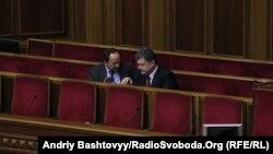 Петр Порошенко (оң жақта) парламентте отыр. Киев, 13 қараша 2013 жыл.