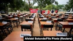 نام دانشآموزانی که سال گذشته در نیجریه ربوده شدند بر روی میزهای آنها در کلاس درس