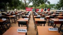 نام دهها دانشآموز دختر مفقود، در پنجمین سالگرد ربودنشان توسط بوکو حرام در آوریل ۲۰۱۹ بر میزهای مدرسه