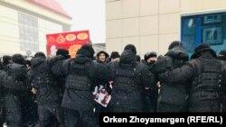 """Полиция арнайы жасағы Дулат Ағаділді еске алуға келген адамдарды """"кеттлинг"""" әдісімен қоршауға алды. 28 ақпан 2021 жыл"""