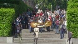 9 травня у Києві: люди прийшли до Парку Слави попри карантинні обмеження (відео)