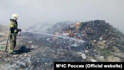 Тушение пожара на мусорном полигоне в Евпатории