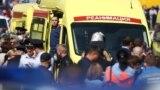 Сотрудники ФСБ, СОБР и ОМОН заходят в здание школы, где произошла стрельба