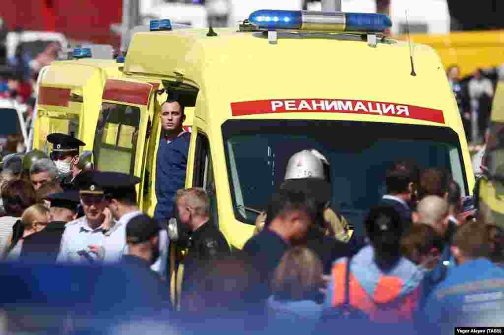 A mentősök gyorsan a helyszínre érkeztek, hogy el tudják látni a sebesülteket.