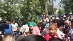 Сторонники Албека Ибраимова у здания городского суда