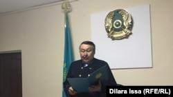 Судья Алтай Калыкул оглашает приговор полицейским. Туркестанская область, 14 декабря 2020 года.