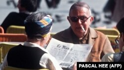 سارتر (سیگاری بر لب) و دو بووار در آوریل ۱۹۷۶