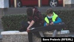 Dječaci u parku s mobitelom u rukama (ilustrativna fotografija)