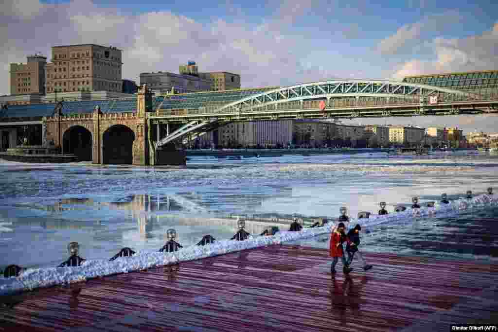 Dy gra vallëzojë në afërsi të lumit Moskva, në Moskë më 26 shkurt. (AFP/Dimatar Dilkoff)