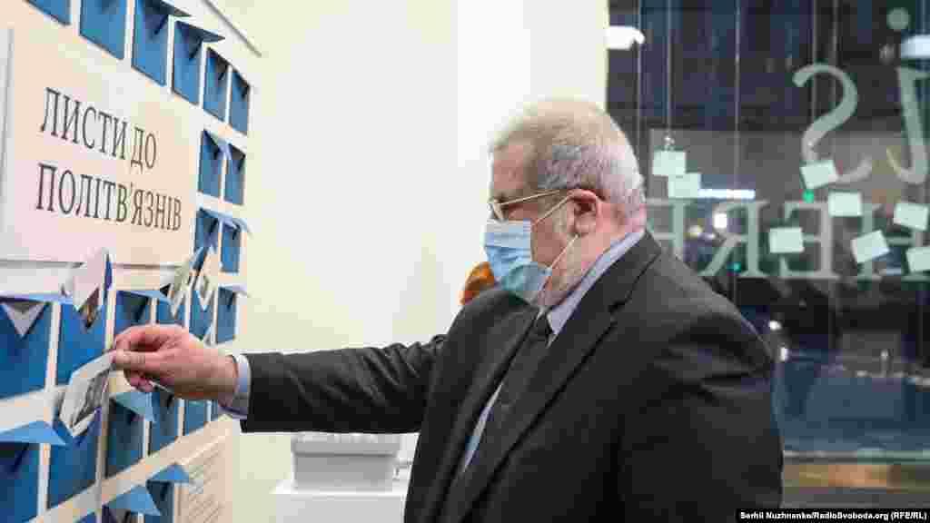 Голова Меджлісу кримськотатарського народу Рефат Чубаров вкладає листівку для політв'язнів Кремля