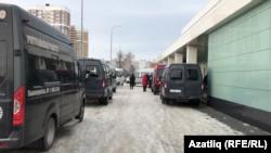 Казандагы 7нче клиник хастаханә моргының кызыл зонасы янында мәет ташу машиналары