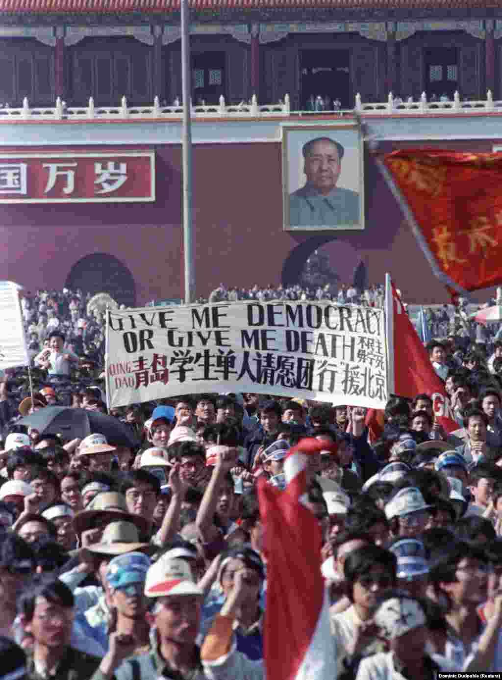 """""""Adj demokráciát vagy halált!"""" - volt olvasható a diákok transzparensén."""