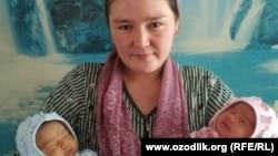Фарида Гозиева со своими новорожденными дочерьми-близняшками – Фатимой и Зухрой.