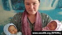 Farida Gozieva sa svojim novorođenim blizankama. Vjeruje da je rodila i treće dijete.