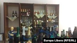 Moldova -- vin, șampanie, divin, bere, alcool de vânzare într-un magazin de cartier din orășelul Ștefan Vodă, afaceri, business, comert, alcoolice, 18Jul 2020