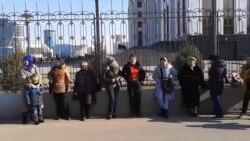 Qadınlar özlərini prokurorluğun binası qarşısında zəncirləyiblər