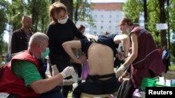Bărbat care își arată rănile după ce a fost eliberat dintr-un centru de detenție