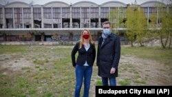 Karácsony Gergely főpolgármester és Baranyi Krisztina kerületi polgármester a kínai Fudan Egyetemnek szánt budapesti területen, 2021. április 26-án.