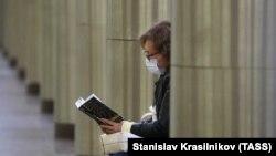 Женщина читает книгу в московском метро. Иллюстративное фото.