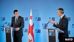 Premierul Georgiei, Ghiorghi Gaharia, și secretarul general al NATO Jens Stoltenberg