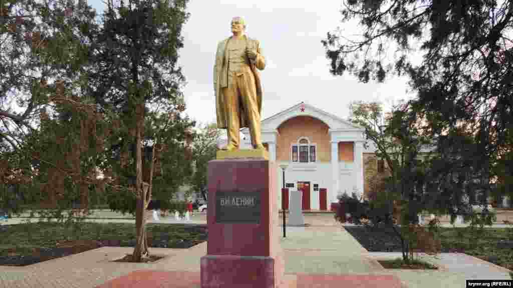 Ще один пам'ятник, розташований навпроти колишнього Будинку офіцерів – Володимиру Леніну. Скульптури «вождя світового пролетаріату» – незмінна частина міського ландшафту в населених пунктах півострова