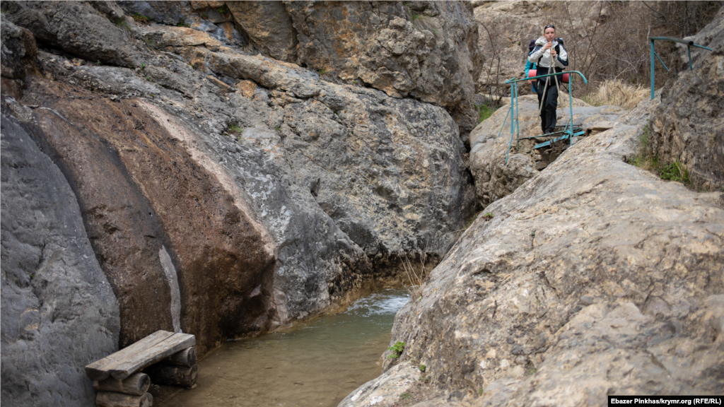 Неподалік від озера знаходяться Арпатські водоспади, вийти до них можна обладнаною стежкою. Довжина маршруту – менше кілометра