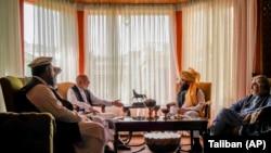 دیدار انس حقانی با رهبران افغان در کابل