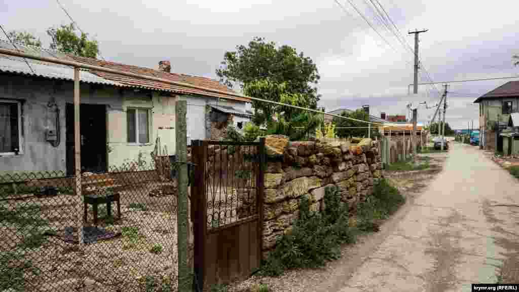 Такое же ведомственное жилье на противоположной стороне улицы Лунная