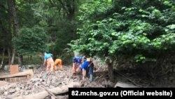 Розчищення території підтопленого Косьмо-Даміанівського монастиря в Алушті, 5 серпня 2021 року