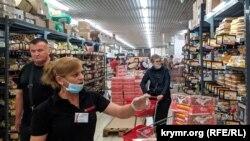 Покупці без масок у севастопольському супермаркеті, червень 2021 року